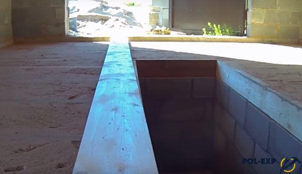 Доски укладываются от края смотровой ямы к стенам