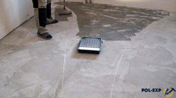 Грунтовка наносится на бетонный пол