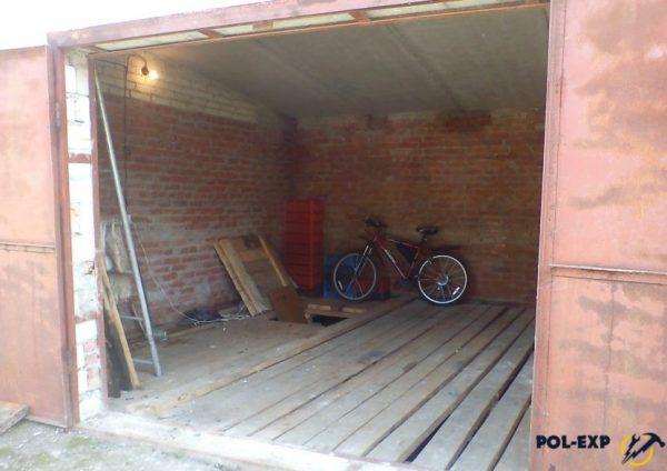 Хозяин этого гаража решил сэкономить и сделал настил из досок и «щелей»