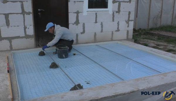Маяки крепятся на цементный раствор