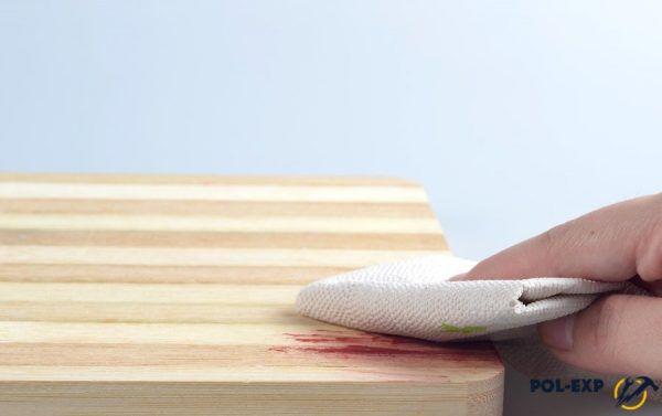 Пятно промакивается бумажным полотенцем