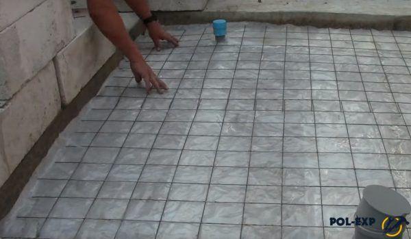 Укладка армирующей сетки поверх полиэтиленовой пленки