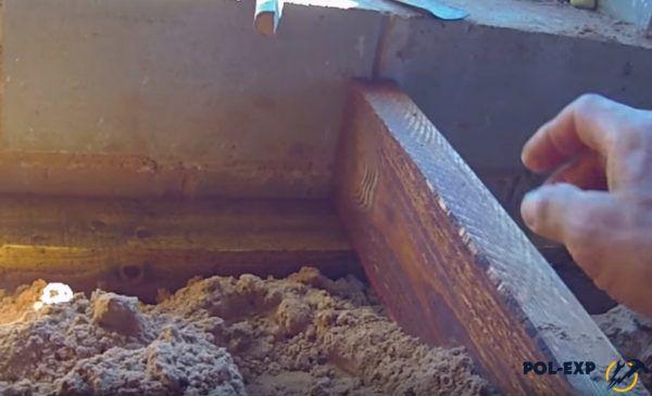Укладка будущих лаг на опоры из бруса