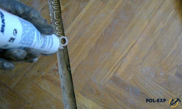 На фото показано, как правильно наносить клей