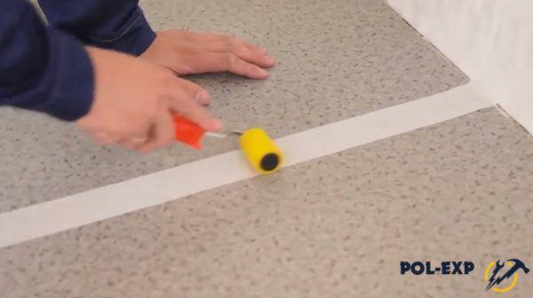 Малярная лента наклеена поверх стыка двух полотен