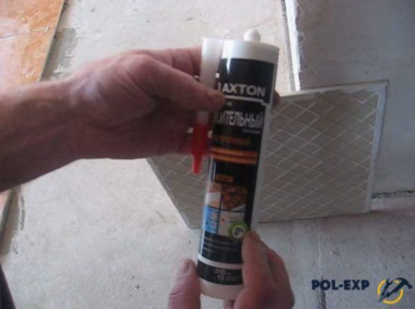 Приготовьте плиточный клей и эластичный герметик