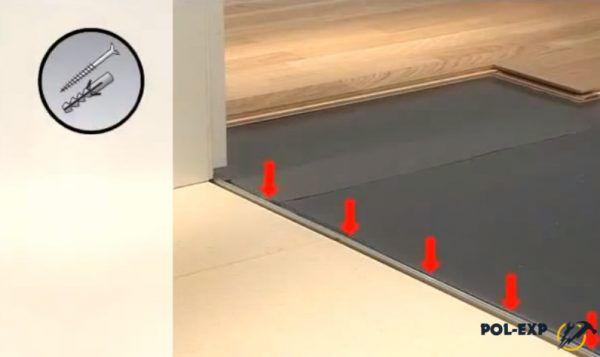 Стрелками показаны места, в которых порожек крепится к полу саморезами