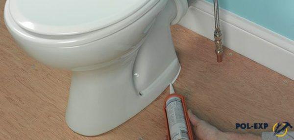 Нанесите герметик, чтобы грязь не скапливалась под унитазом