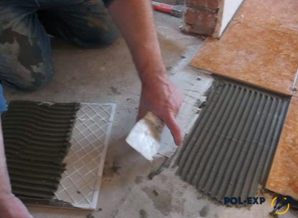 Нанесите на пол слой плиточного клея и слой герметика