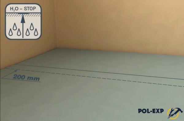 На бетонный пол полосы гидроизоляционного материала укладывают с нахлестом