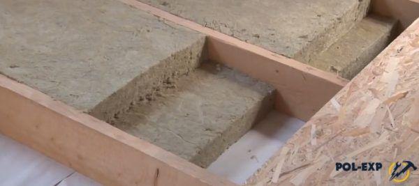 На фото показано, как укладывать минвату в два слоя