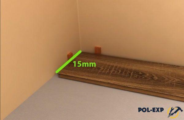 Панель укладывают с зазором от стены