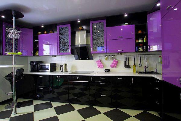 Черно-белая кухня и яркие фиолетовые акценты