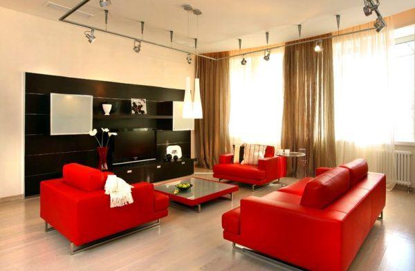 Красная мебель в качестве яркого акцента гостиной. Пол - ламинат светлого оттенка