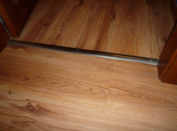 Металлический порожок для стыковки линолеума