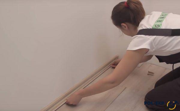 Отрезок плинтуса прикладывается к стене