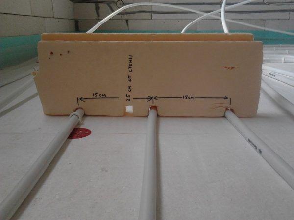 Простое лекало очень быстро и четко позволяет выдерживать необходимый шаг укладки труб