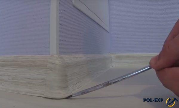 Удаление внешнего уголка плинтуса
