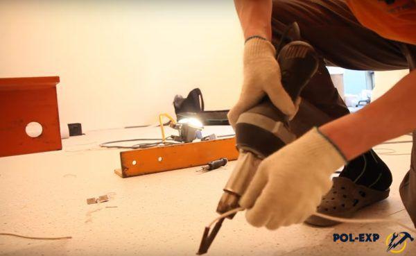 Вставляется шнур для горячей сварки