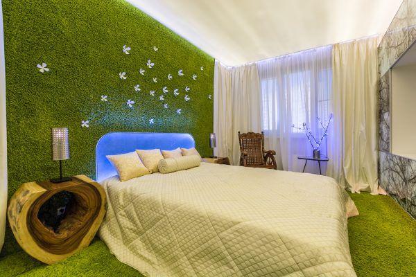 Зеленый ковролин на полу и стене