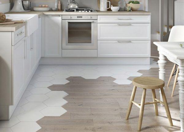 Необычное решение для зонирования пространства небольшой кухни: комбинирование белой шестиугольной плитки и ламината