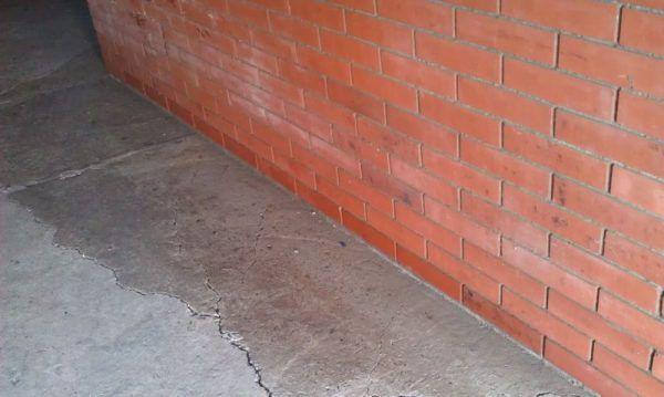 Строительство и гидроизоляция бетонных полов в подвалах, гаражах, паркингах, складах и иных заглубленных и подземных помещениях при подпоре грунтовых вод имеет существенные особенности. В этом случае мало залить и провести гидроизоляцию бетонного пола, необходимо учитывать давление грунтовых вод на бетонный пол снизу, чтобы потом не получить вот такую картину