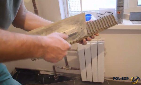 Нанесение клея и выравнивание слоя зубчатым шпателем