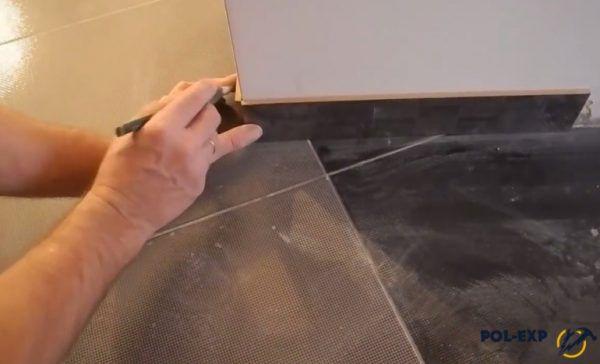 Две плитки поставили в угол, чтобы сделать разметку для резки торцов