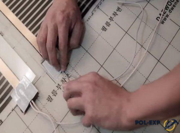 Укладка изолированного контакта в вырезанное отверстие