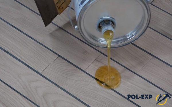 Налив паркетного масла