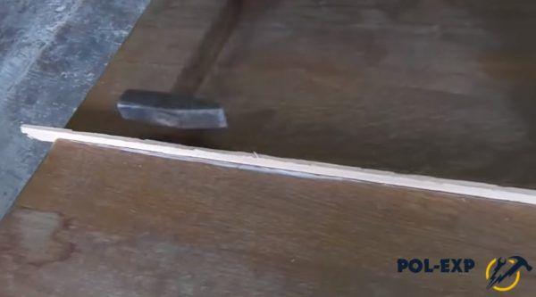 Рейку забивают в щель молотком