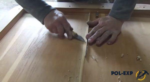 Мелкие щепки срезают ножом