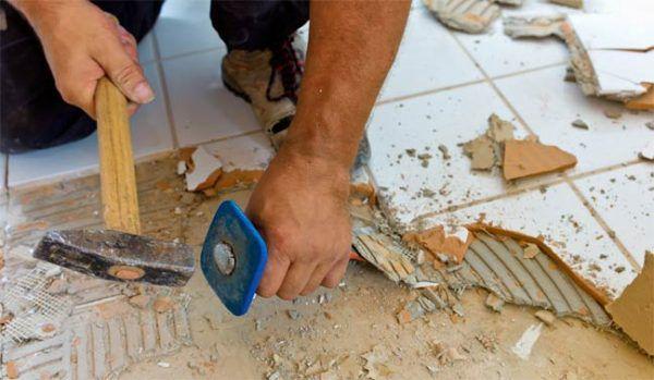 Демонтаж напольной плитки в ванной комнате