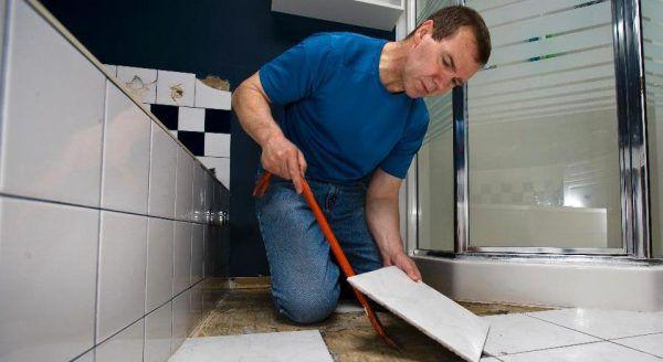 Демонтируется плитка во время ремонта в ванной комнате