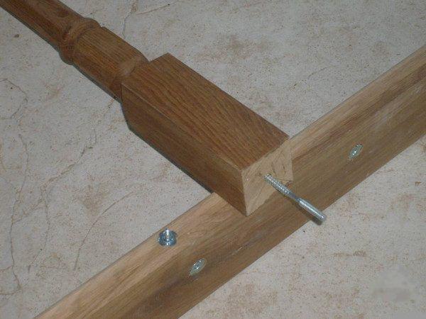 Деревянные балясины могут крепиться шпильками