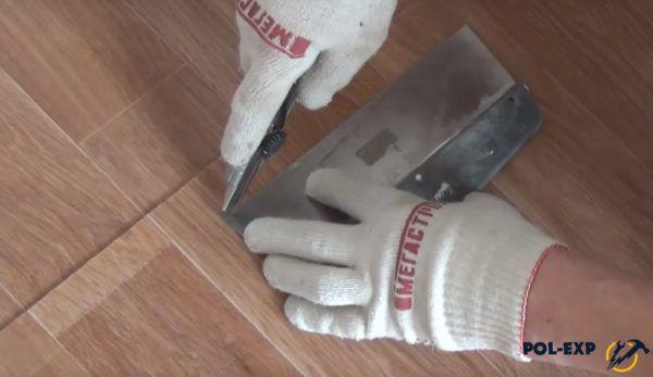 Для удобства используется металлический шпатель