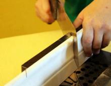 Как отрезать пластиковый плинтус