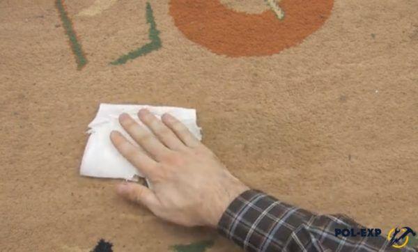 Кусок ткани можно оставить до полного высыхания материала