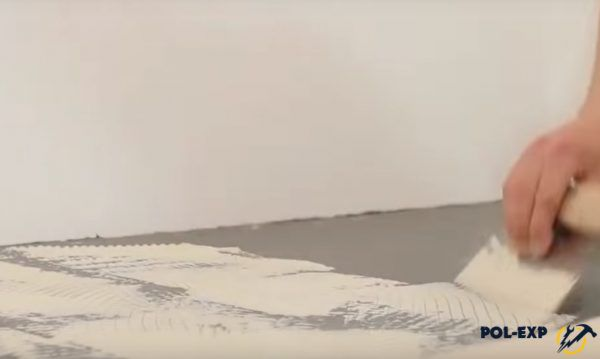 Нанесение клея на пол зубчатым шпателем