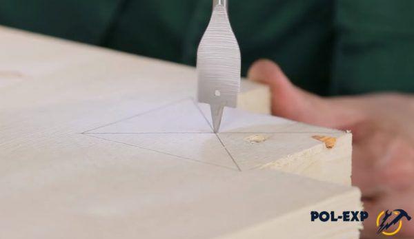 Обведенный квадрат расчерчивается диагоналями, затем по центру сверлится отверстие