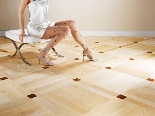 От острых каблуков могут остаться дыры в линолеуме, особенно, если покрытие настелено на неровный пол