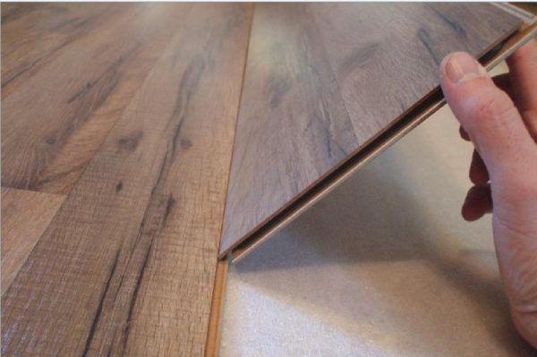 Перед тем, как приступать к монтажу ламината, нужно проверить панели на качество. Все ламели с визуальными повреждениями требуется отбраковать