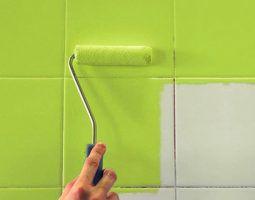 Покраска плитки на стене ванной комнаты