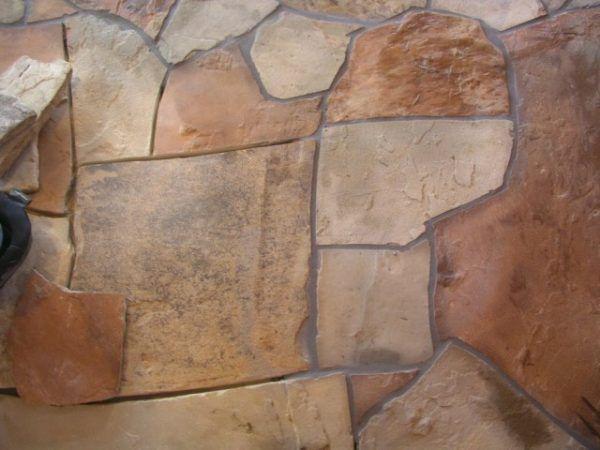 Полы из камня отличаются большим весом и дороговизной