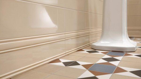 Пример использования керамического плинтуса в интерьере ванной комнаты