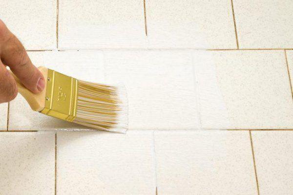 Процесс покраски напольной плитки