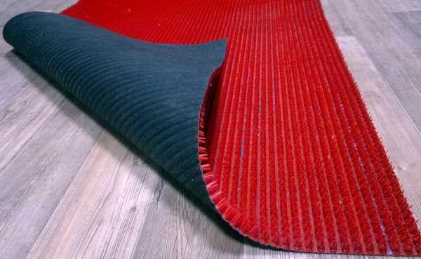Пятно на ламинате можно закрыть ковриком