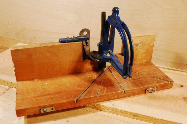 С этим приспособлением резать плинтуса под любым углом очень просто