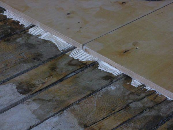 Укладка фанеры на деревянный пол (на клей) для выравнивания основания под плитку