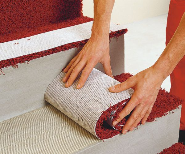 Укладка коврового напольного покрытия на ступени лестницы
